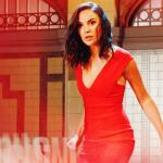 Gal Gadot incorporaa Mulher-Maravilha no teaser do Saturday Night Live