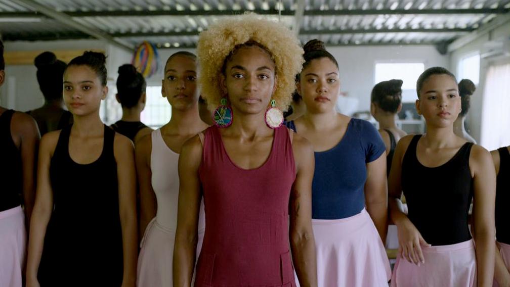 Tuany Nascimento ao lado das bailarinas do projeto Na Ponta dos Pés.