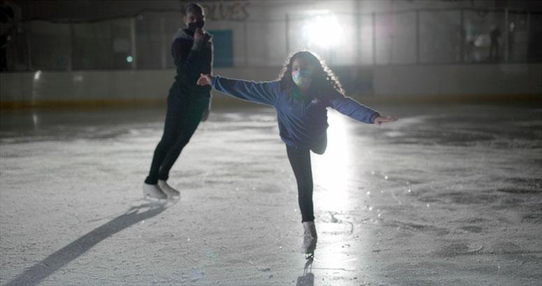 A técnica Kameryn Everett vê Alivya treinar no rinque de patinação.